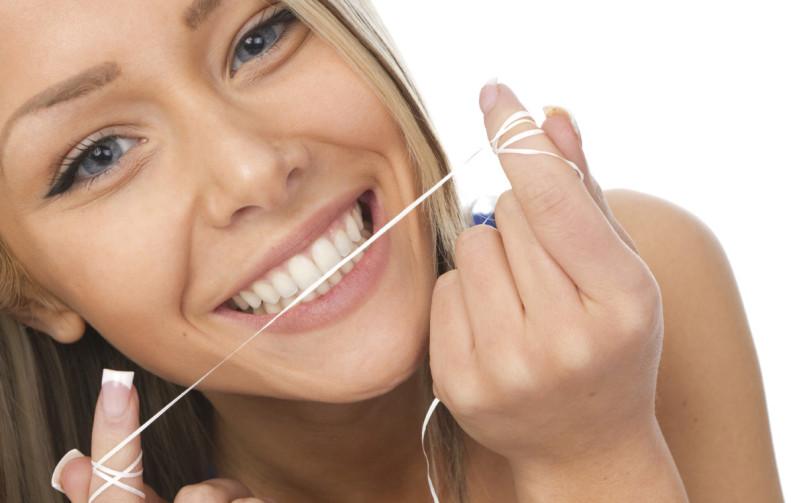Нужно использовать специальную нить для боковых контактных поверхностей зубов - флосс